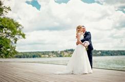 Bröllopsfoto vid vattnet  foto: Juliana Fälldin