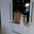 Integrerad, utdragbar avlastningshylla mellan frys- och kylskåp