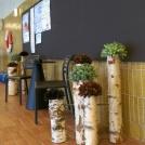 Konstväxternas kulörer binder ihop simhallens nya inredning med golv- och väggklinker och naturen utanför fönstret.