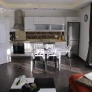 Modernt och välutrustat kök med diskmaskin