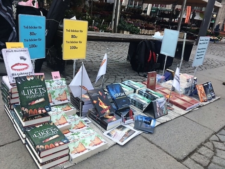 """""""Bokbord"""" en vårdag på Medborgarplatsen i Stockholm."""