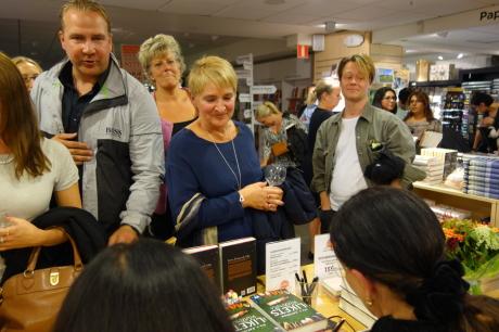 Pia F Davidson signerar på Akademibokhandeln Mäster Samuelsgatan i Stockholm.
