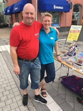 Bokhandlarna Johan och Jeanette vid signeringsbordet utanför Borgholms Bokhandel.
