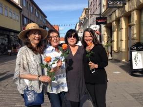 Pia F Davidson, Birgitta Andersson Backlund och Ceclie Östby fick blommor av Maud (tjusiga kvinnan i mitten med solglasögon), när de signerade i Kalmar. Tack fina Maud!