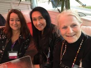 Monica Österdahl, Lourdes Daza-Gillman och Lill Vlljesten på välbehövlig middag efter monterroddning på bokmässan -17.
