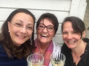 Pia F Davidson, Birgitta Andersson Backlund och Cecilie östby firar dagens turnéframgångar.