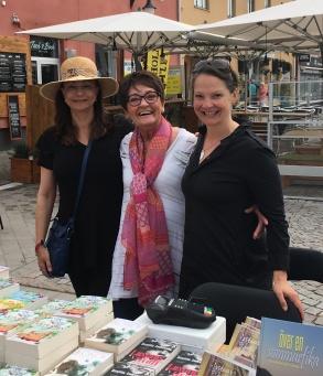 Pia F Davidson, Birgitta Andersson Backlund och Cecilie Östby vid sitt signeringsbord utanför Borgholms Bokhandel.