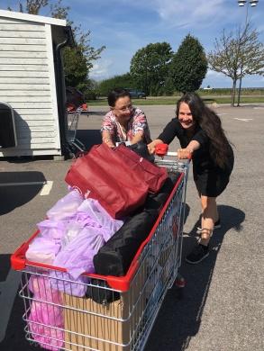 Pia F Davidson och Cecilie Östby drar in böcker till ett bokevent på Ica Kvantum Färjestaden på Öland.