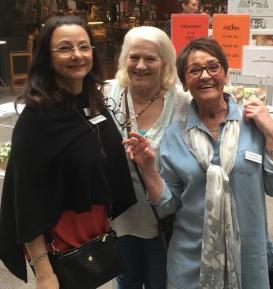 Pia F Davidson, Lill Viljesten och Birgitta Andersson Backlund passar på att ha möte om Litteraturkryssningen med Birka Cruises, i en paus under besöket till Söderhallarna den 27 april-18.