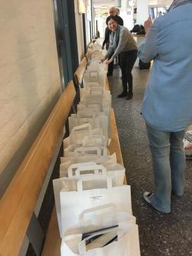 Här packar Aliya Dahlgren och Svenåke Boström presentpåsar till Litteraturkryssningen med Birka Cruises.