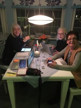 Här lyser flitens lampa. Carina Aynsley, Lill Viljesten och Birgitta Andersson Backlund vid Pia F Davidsons köksbord på skrivarretreate.