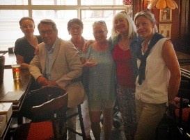 På Bishops Arms i Gamla stan den 24/5-18. Här har vi fått fint besök av Hasse Aro och Annica Malm. Pia F Davidson, Birgitta Andersson Backlund, Carina Aynsley och Ulla Nissen.