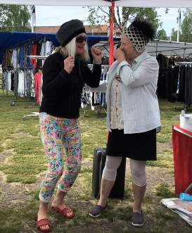Carina Aynsley berättar om sin bok Grannen från Hell, för en kund under Norrlandsturnén i juli 2018.
