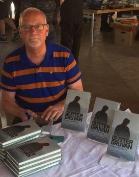 Johhan Smedberg signerar sin bok Glittergruvan.