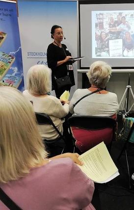Pia F Davidson pratar om skrivande på Seniormässan i Älvsjö den 3 oktober-18.