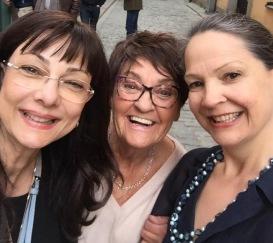 Selfie med Pia F Davidson, Birgitta Andersson Backlund och Cecilie Östby på Galleri Karlström & Karlström i Gamla Stan på Kulturnatten den 27/4-19.