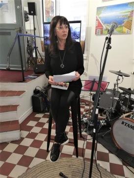 """Pia F Davidson läser ut sin """"Så tuktas en svinpäls"""" på Galleri Karlström & Karlström i Gamla Stan, Kulturnatten den 27/4-19."""