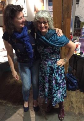 Sylvia Lidén Nordlund blir så här glad när hennes syster Linda Lidén kommer på besök till The Book Lounge i Norrköping -19.