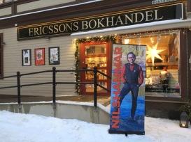 Erik Nilshammar signerar i julhandeln.