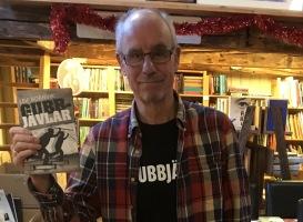 Leif Bornvik signerar på Roslagens bokhandel i Norrtälje.