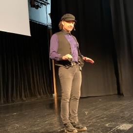 Erik Lindshammar pratar på scenen i Ötersund i samband med SeniorExpo-20.