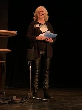 Britta Ivarsson Possnert pratar på scenen i Ötersund i samband med SeniorExpo-20.