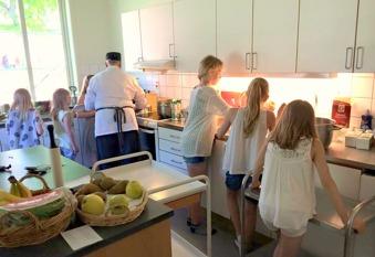 Alla vill hjälpa Mia i köket! Att få föreslå måltid och tillaga sporrar matlusten