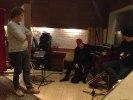David från Sony Music tillsammans med Thorsten och En dans på knivens egg producenten Håkan, innan inspelningen av TV4 reklamen för ovan nämnda skiva