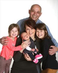 Duana & Naim med Zara och syskonen Lisa,Ella