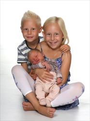 Anna & Johan med Ebba och syskonen Cornelia och Liam