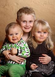 Ida & Fredrik med Ebbe och syskonen Edith och Noah