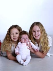 Peter & Caroline med Tilda och syskonen Ella& Lilly