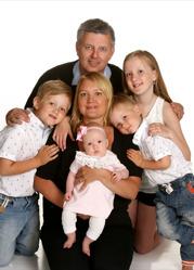 Peter och Riina med Elina och syskonen Filippa, Linus, Leo