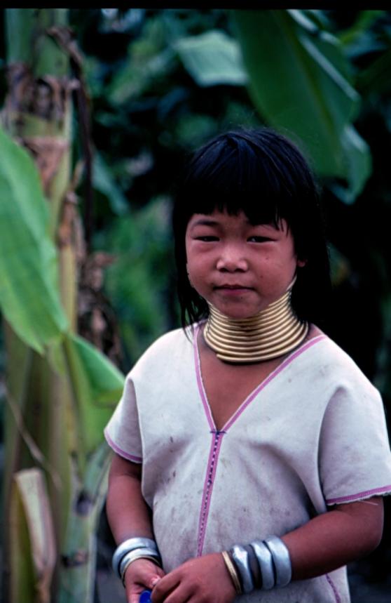 En thailändsk flicka med halsringar för att förlänga halsen.