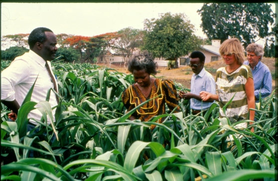 Artisten Arja Saijonmaa tillsammans med Kenneth Kaunda, Zambias första president.