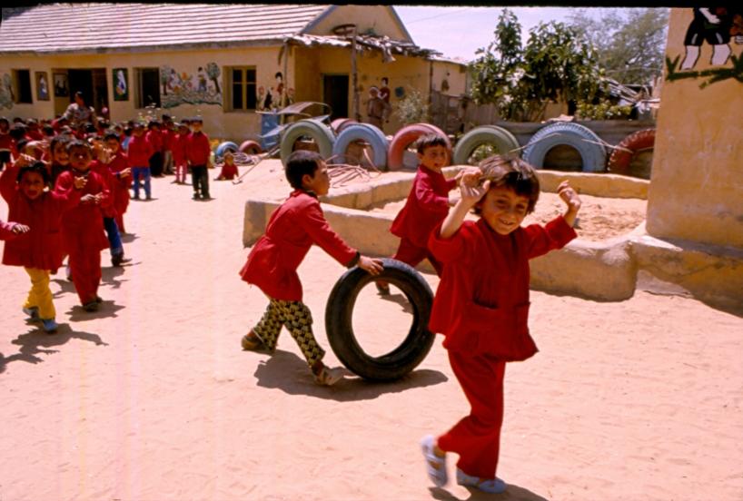 Lekande barn i Gaza.