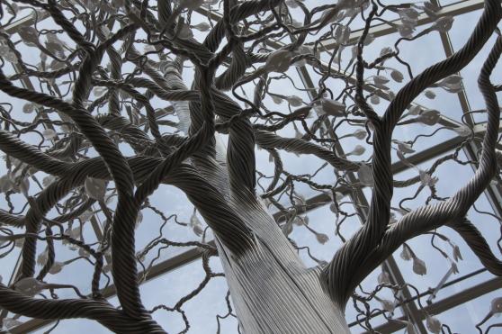 Det konstgjorda trädet på Norsk skogmuseum i Elverum. Trädet visar hur fotosyntesen fungerar.