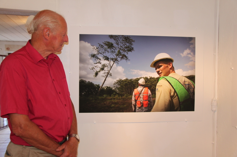 Thor Heyerdahl Jr på Tangaroafotoutställningen. Utställningen anordnades av Anders Berg.