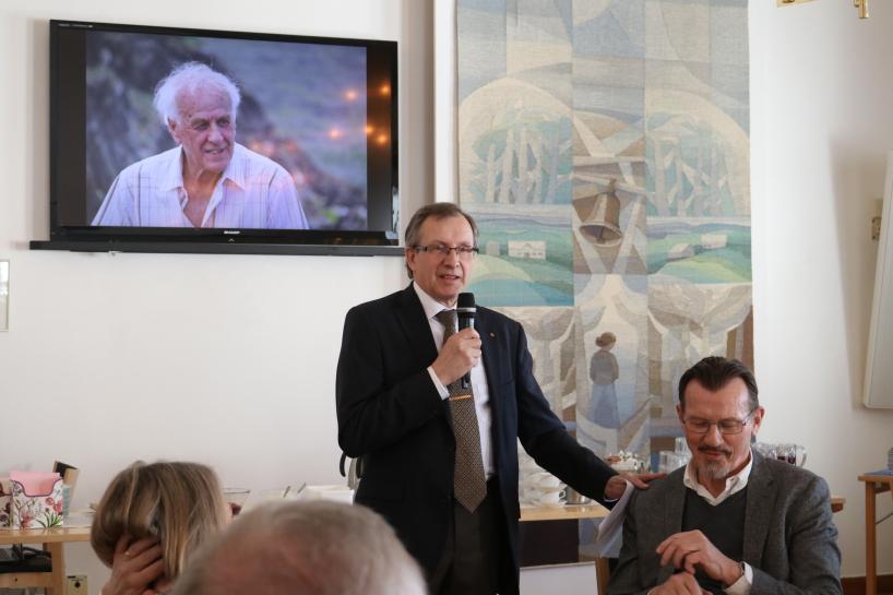 Stefan Degerlund presenterar författaren av boken Thor Ullerö. Bilder på Bengt rullade i bakrunden under dagen.