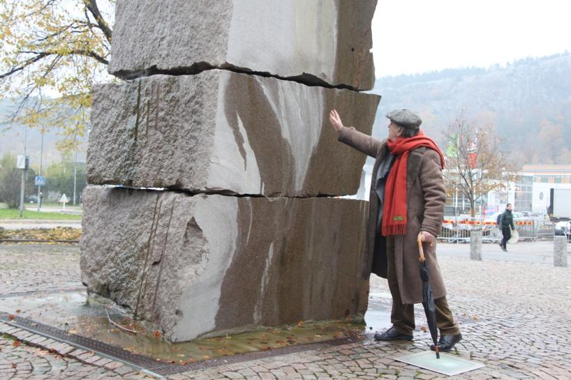 Bengt Olson brevid en av sina skulpturer.