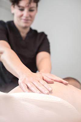Avslappnande härlig massagebehandling med olja, varma stenar, triggerpungtsbehandling hos Livlig Hälsa i Bua norr om varberg