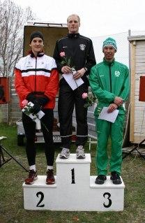 Bild ifrån en helt annan tävling, Östhammar Stadslopp 2010. Dessa tre herrar fanns på plats även nu i Örebro men då placerade i omvänd ordning: Johan 11a, jag 6a och superveteranen Anders Dahl 4:a.