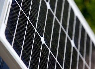 Bilden visar solceller som när de sätts ihop blir en solpanel.