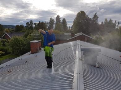 Grundlig tvätt av plåt tak i Smedjebacken innan målning. c837d2d709ab3