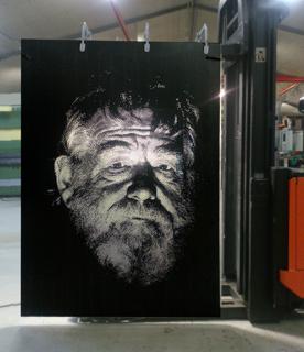 Laserskuret BrightGraphic-motiv med en  höjd på dryga 2m