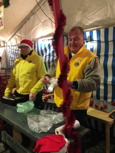 Jan-Olof Nilsson och Tomas Gummesson sålde knäckäpplen i lionstältet..