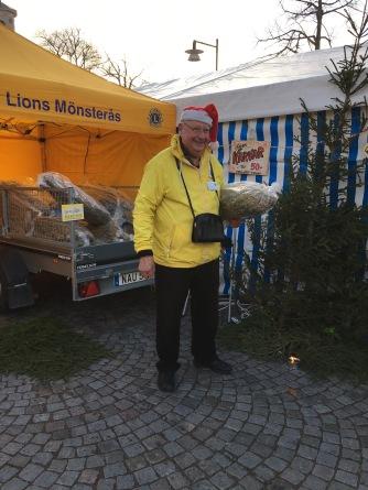 Rune hade fullt upp med att sälja julkärvar.