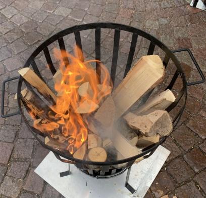 Eldkorgen är upptänd och gasolkaminen tänd och humöret på topp.