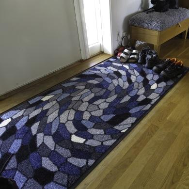 Entrématta Sunrise Disco i färgställning grå/blå i mått 85x200 cm. Utmaningen var att hitta färger och mönster som passade till möbler och inredning i Skandinavisk Design.