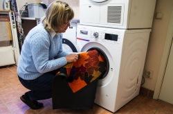 Stoppa in mattan i tvättmaskinen